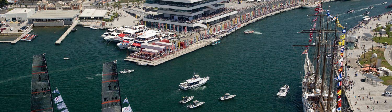 America's Cup en el puerto de Valencia con las playas de fondo.