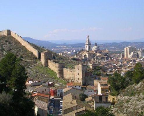 Vista durante nuestro recorrido cultural de parte de la muralla del castillo de Játiva y parte de la población