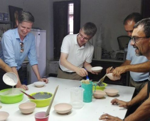 Guided visit to the pottery of Manises and pottery workshop in which to let the imagination fly to decorate a piece that they take home of memory