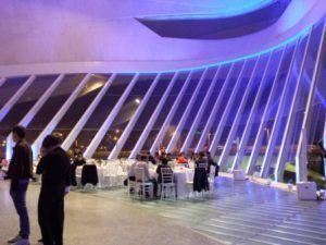 Catering personalizado cena con estaciones de buffet en el vestíbulo principal del Palau de les Arts en Valencia, para grupo de evento y congreso