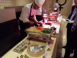 Buffet libre con estaciones de comida en restaurante de Ricard Camarena, estrella michelín, en Valencia para grupo VIP de evento