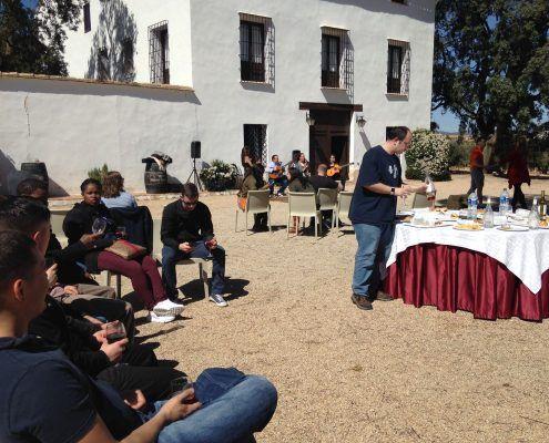 Grupo disfrutando de un almuerzo durante la visita guiada a una bodega en Requena, Valencia, con cata de vinos y espectáculo flamenco