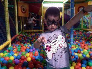 Niños disfrutando de un día divertido en un parque infantil de Valencia, pintacaras, parque de bolas