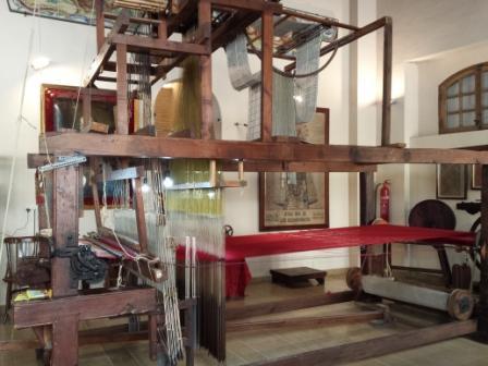 visita guiada ruta de la seda valencia, telar antiguo para tejer seda de manera manual y artesanal, taller de seda, experiencias diferentes y únicas en valencia