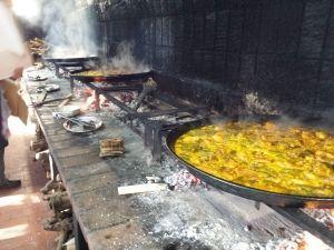 Paellas cocinadas a leña durante el concurso de paellas de este incentivo de empresa en Valencia