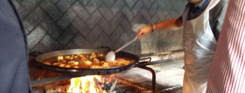 Disfrutando y aprendiendo a cocinar la auténtica paella valenciana con Denominación de origen en este taller de paella en la Albufera de Valencia durante este evento en Valencia