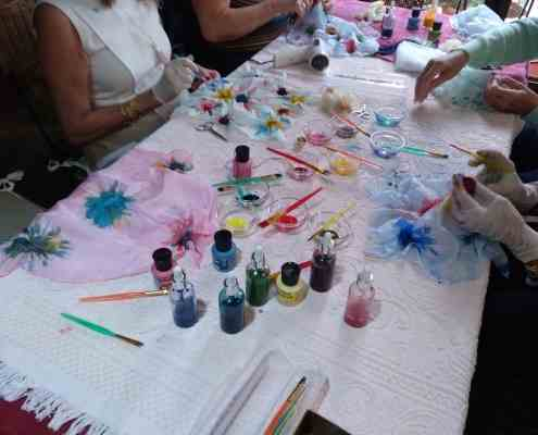 We have the paintings and material necessary for you to take the best of the recueros that is your own creation painting a silk handkerchief.