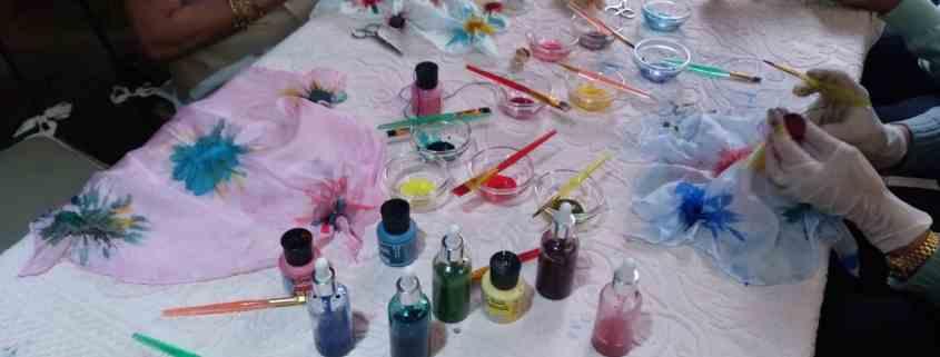 Disponemos de las pinturas y material necesario para que te lleves el mejor de los recueros que es tu propia creación pintando un pañuelo de seda